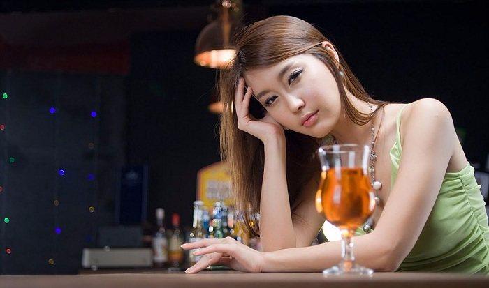 khoanh-khac-gai-xinh-say-ruou-dep-khong-thua-kem-vu-nu-7e6591.